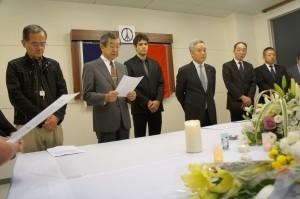 追悼会において鈴木副会長よりパリ支部会委員の皆様へメッセージの朗読